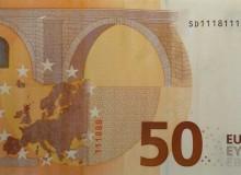Interessante banconota da 50 € con solo due numeri presenti nella serie e con due tris nel codice breve verticale.