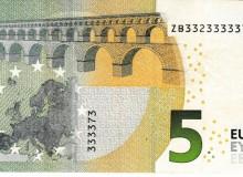 Banconota da 5 € del Belgio  serie Europa con solo tre cifre (2,3 e 7) e la cifra 3 ripetuta ben otto volte.