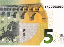 Banconota da 5 € d'Italia  serie Europa con solo tre cifre (0,7 e 8) e la cifra 0 ripetuta sette volte.