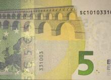 """Banconota serie """"Europa"""" 5 € della Banca d'Italia con serie composta solo da tre cifre (0, 1 e 3)."""