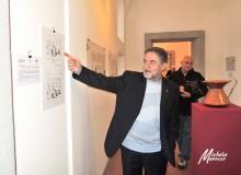 Il curatore della mostra illustra un pannello di Töpffer.