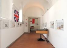 Il corridoio con pannelli e vetrine...