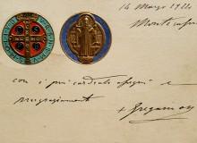 Cartolina del 1880 con tondi a rilievo colorati e dorati, autogrofata nel 1924 da Gregorio Diamare, abate di Montecassino dal 1909 al 1945.