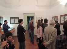 I visitatori osservano le opere esposte.