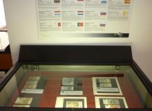 La seconda vetrina con le banconote rare e quelle manipolate.