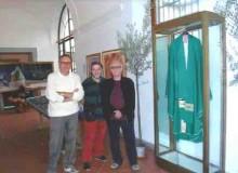 Vicini alla vetrina con la casula, indossata dal Pontefice nel 1984 e donata alla città di Alatri.