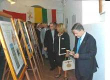 Il curatore della mostra Vincenzo Marocco si appresta ad illustrare l'esposizione.