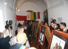 Autorità e visitatori in fila davanti ai quadri.