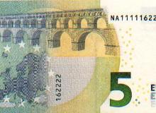 Banconota da 5 € con solo tre numeri presenti nella serie (di cui uno ripetuto cinque volte consecutivamente)..