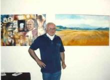 Il pittore Dell'uomo con a sinistra un quadro fatto appositamente per la Mostra.