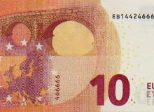 Banconota da 10 € con cinque numeri finali uguali che si ripetono nel codice breve verticale.