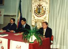 1995 - Il Sindaco di Alatri (al centro) presenta il Dr. Diena (a destra) ...
