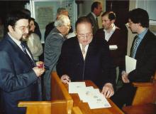 ...e mentre firma i cartoncini-ricordo dedicati all'amico Molella.