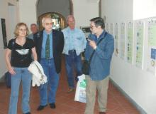 Si indica allo scultore-medaglista Luciano Zanelli e Sig.ra il percorso della Mostra.