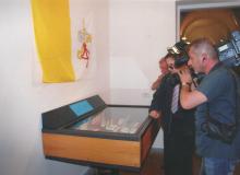 Si fa una ripresa alla vetrina contenente le rare monete in euro del Vaticano.