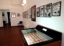 Alle pareti tavole originali e nella vetrina i primi fumetti a striscia (copie anastatiche) di Tex.