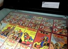"""Vetrina con copie anastatiche dei primi fumetti di Tex a striscia e """"albi d'oro""""."""