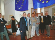 Foto di gruppo con bandiere europee.