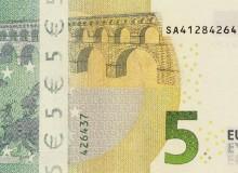 """...e quello, altrettanto infelice, con un biglietto da 5 € serie """"Europa""""."""