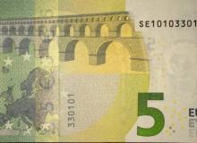 Banconota da 5 € d'Italia  serie Europa con palindromo composto solo da tre cifre (0, 1 e 3).