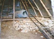 """Interno della capanna con """"abside rialzata""""."""