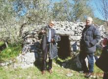 """Il Dr. Giulio Rossi (a sinistra) con il Prof. Gino Maiello davanti al """"tumulo aperto""""."""