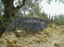 PELONGA di ALATRI - Tumulo triangolare addossato al lungo muro.