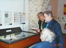 Il curatore della Mostra Vincenzo Marocco illustra al Sig. Sindaco ed al Prof. Giorgio Frezza il contenuto di una vetrina...