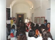 ...si fermano nel corridoio a vedere i francobolli del Papa.