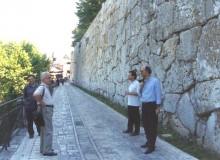 Si va con alcuni ospiti sull'Acropoli.