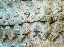 Bassorilievo ittita con fila di guerrieri. Notare le lance con punta ricurva.