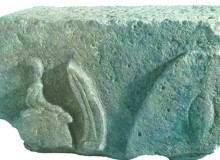 Il bassorilievo (purtroppo incompleto) rinvenuto dal prof. Romano Orgiti.Sulla sinistra si notano un elmo e una lancia con punta ricurva.