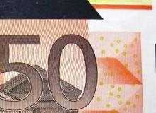 Particolare di una banconota con appendice di carta per taglio difettoso.