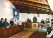 """1996 - FUMONE - Zanelli presenta la medaglia """"Celestino V"""" nella sala consiliare e..."""